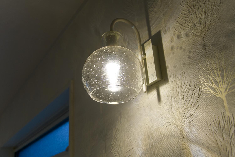 泡入りレトロガラスのブラケットライト。柔らかな光がやさしく照らします。