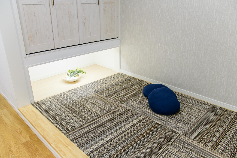 吊押入れの下に「縁甲板」を設え、間接照明でモダンな空間を演出。