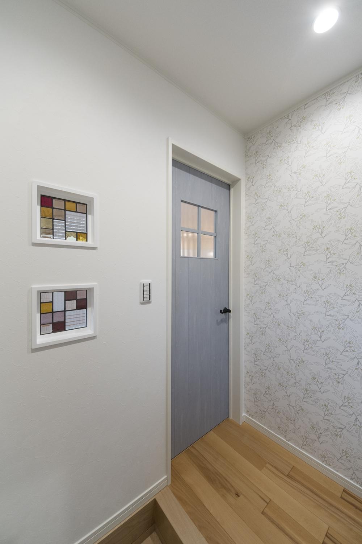 壁(玄関・リビング間)にステンドグラスを施しました。煌めく多彩な光が空間を彩ります。