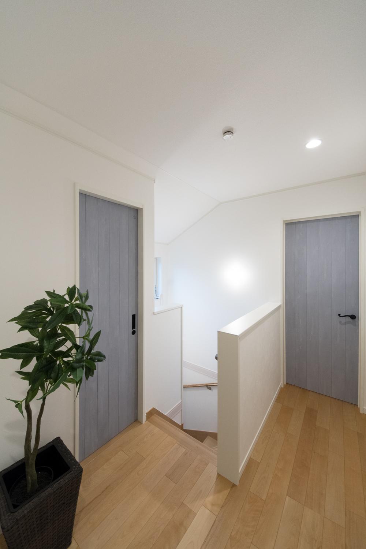 ブルーペイントのドアが空間を彩る、明るく爽やかな印象の2階ホール。