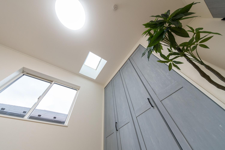2階洋室/天井にトップライトを設えた明るく光のあふれる空間。