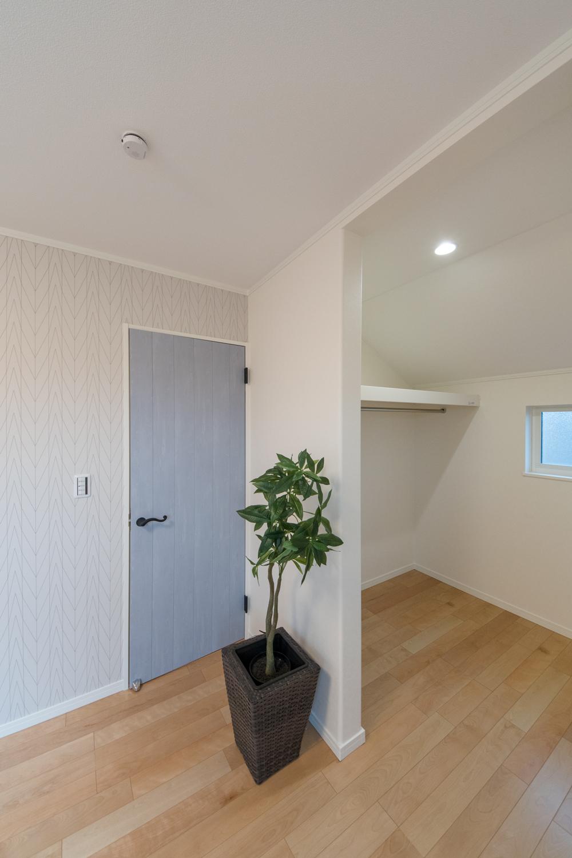 2階洋室/扉をつけないオープンなウォークインクローゼット(2帖)を設えました。