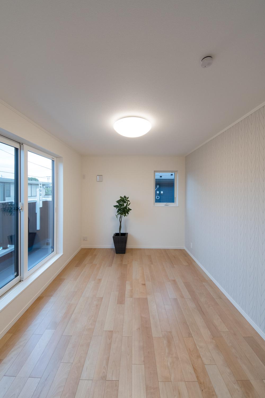 2階洋室/穏やかな木目と緻密な木肌が印象的なバーチのフローリング。
