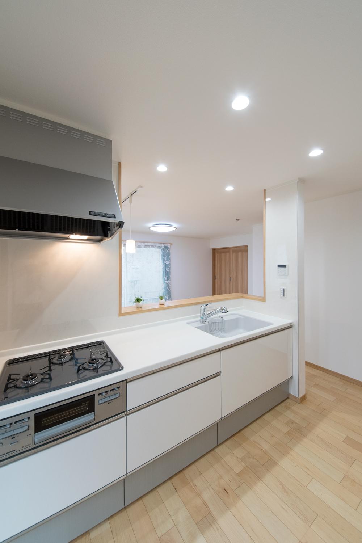 爽やかなホワイトのキッチン扉。清潔感溢れるキッチンスペース。