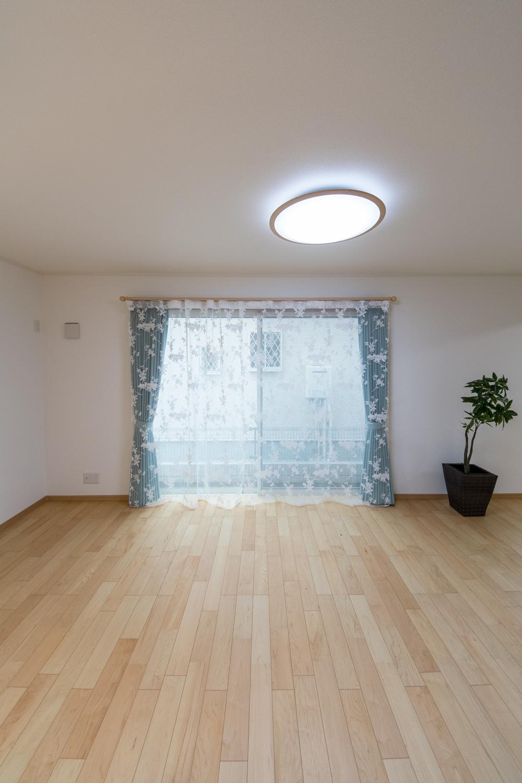 大きな窓から自然のやさしい光が降り注ぐ、明るく開放的なリビング空間。