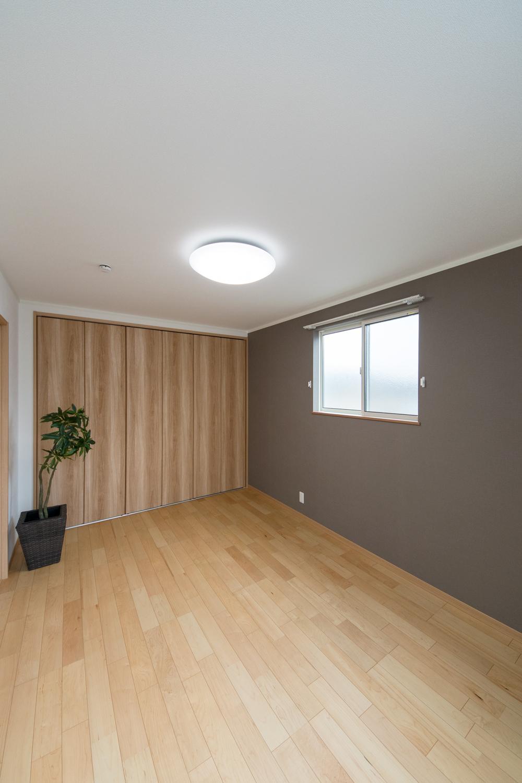 2階洋室/モノトーンカラーのアクセントクロスが、モダンな雰囲気を演出。