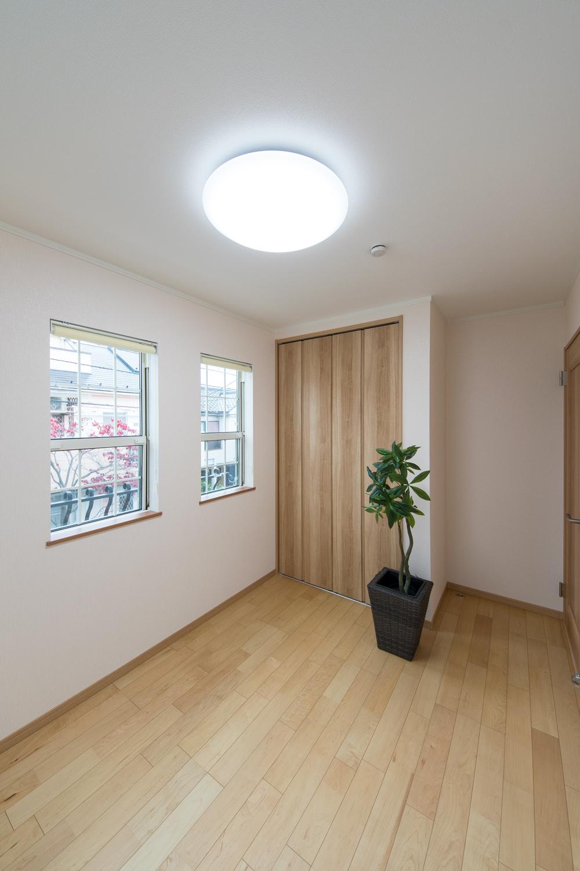 2階洋室/おしゃれな格子デザインが窓の表情を豊かに演出。