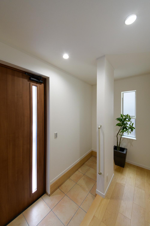 玄関の昇り降りをやさしくサポートする手摺を設置。