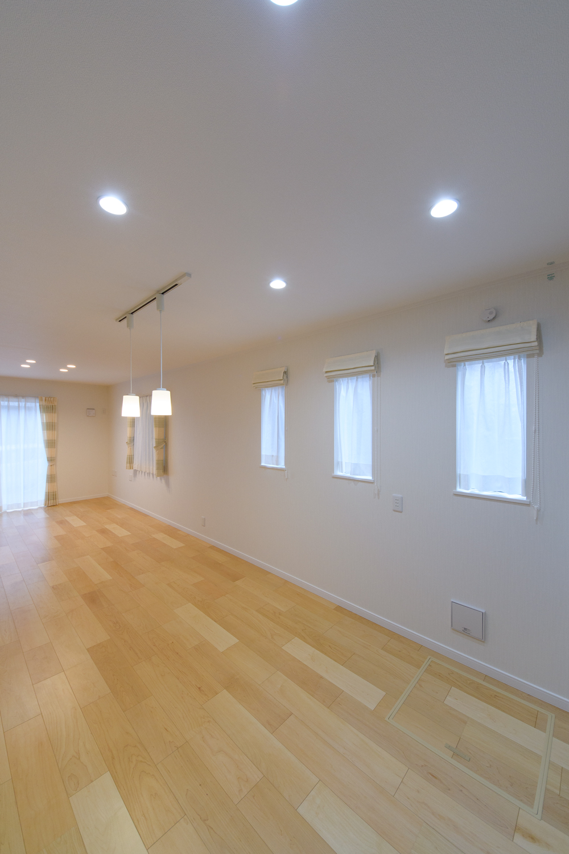 3連の縦すべり窓が、やさしい光とさわやかな風を室内へと誘います。