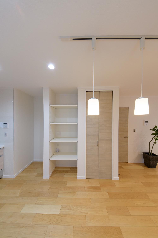 「魅せる・使う・しまう」が楽しくなる場所。自由に高さを変えられる可動棚を設置しました。