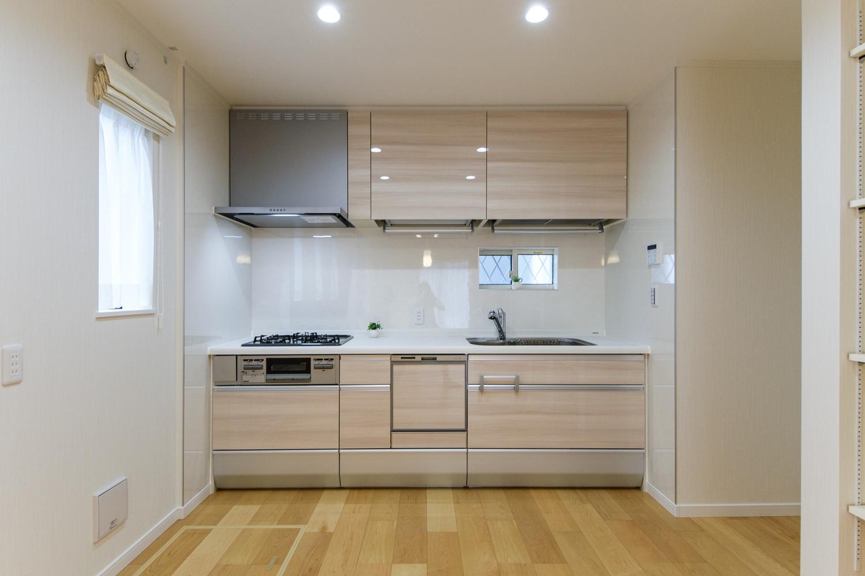 キッチンの扉は、木目調のベージュカラー。ナチュラルで温かみのある空間になりました。