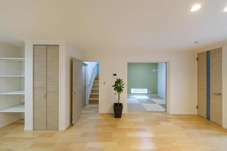 モダンな畳スペースのある、開放的で広々とした心地良い空間。家族の笑顔とコミュニケーションを育むリビング階段を採用しました。