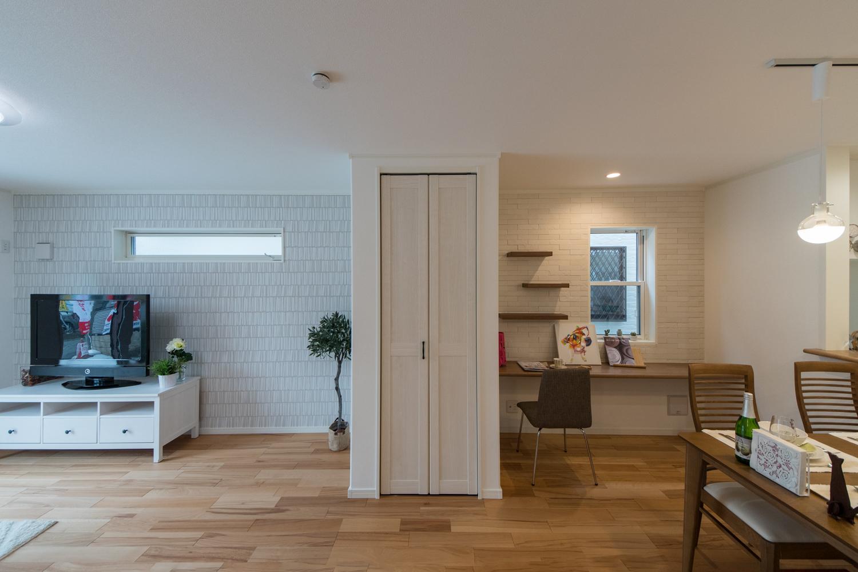 リビングとダイニングのアクセントクロスを張り分けて、1つのお部屋で2つの空間を楽しむおしゃれなデザイン。