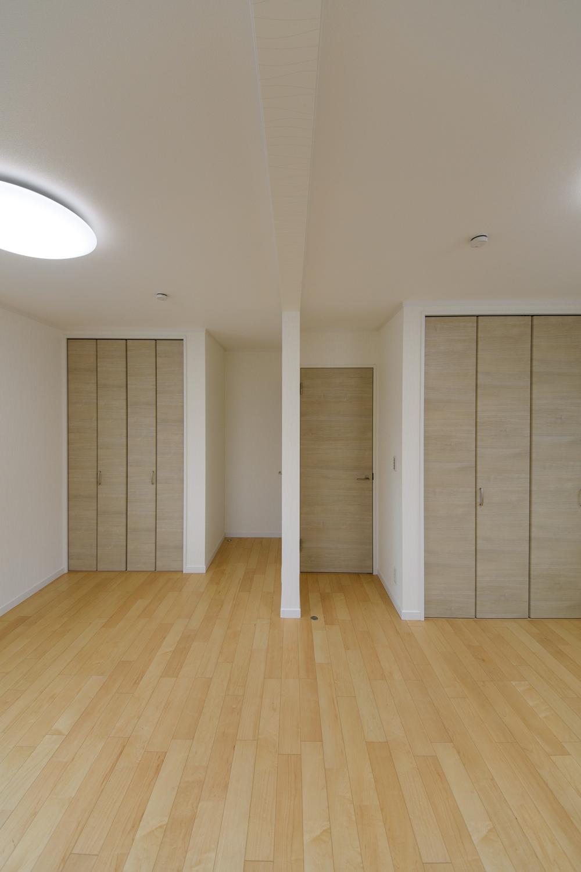 2階洋室/木のやさしい風合いを感じる建具やフローリングが、穏やかで心地の良い空間を演出。