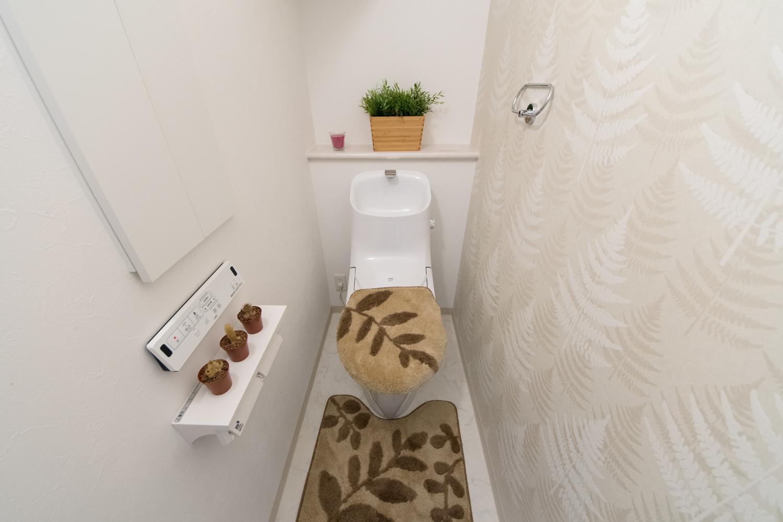 1階トイレ/木をモチーフにした北欧デザイナー作品のクロスをアクセントにしました。