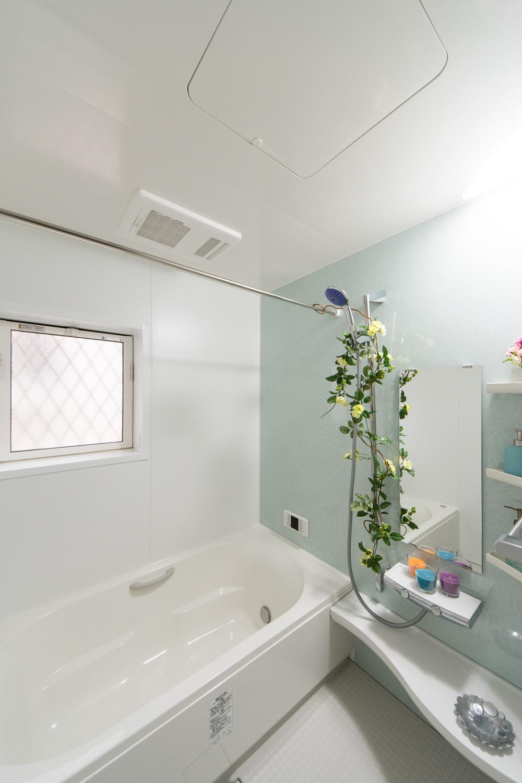 爽やかな柄のアクセントパネルが浴室空間を彩ります。