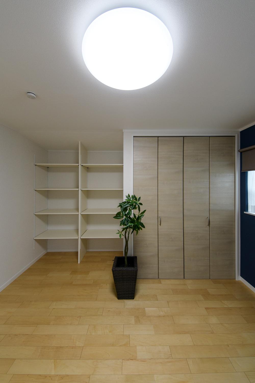 2階洋室/「飾る・使う・しまう」が楽しくなる場所。自由に高さを変えられる可動棚を設置しました。
