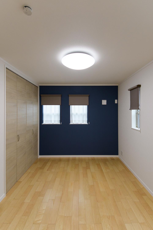 2階洋室/深みある濃紺色の壁紙と二連の上げ下げ窓のデザインがスタイリッシュな空間を演出。