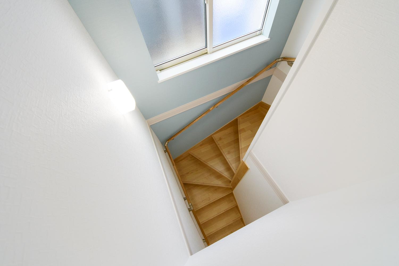 爽やかなブルーのクロスをあしらった階段スペース。