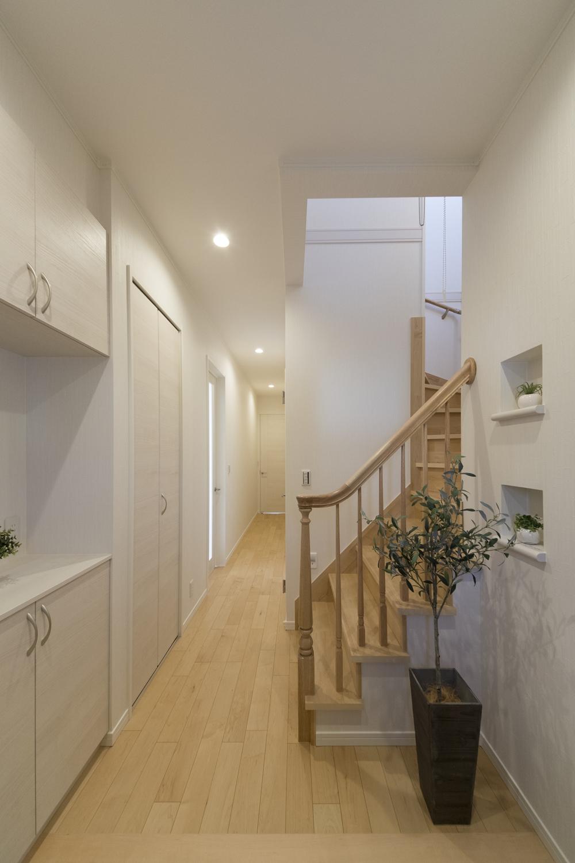 階段には、上り下りする為だけの手摺ではなく、木の柔らかな風合いと美しいフォルム、家具をイメージさせる手摺を施しました。