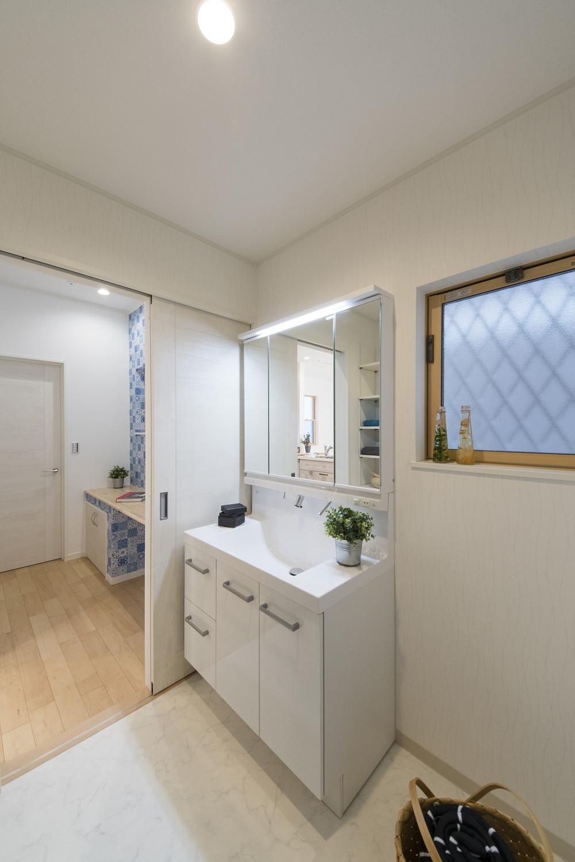 サニタリールーム/廊下からも、家事コーナーからも、キッチンからも出入りできる回遊動線を取入れた間取り。