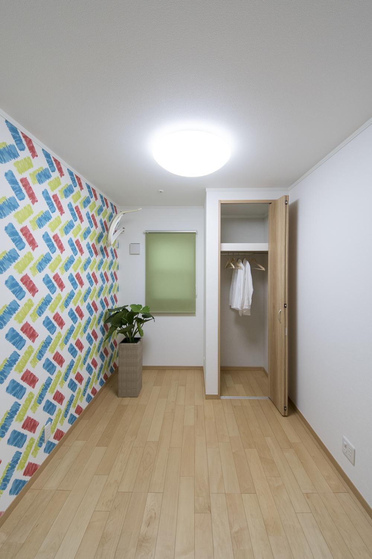木のやさしい温もりとスタイリッシュなデザインが融合したモダンな空間の室内。