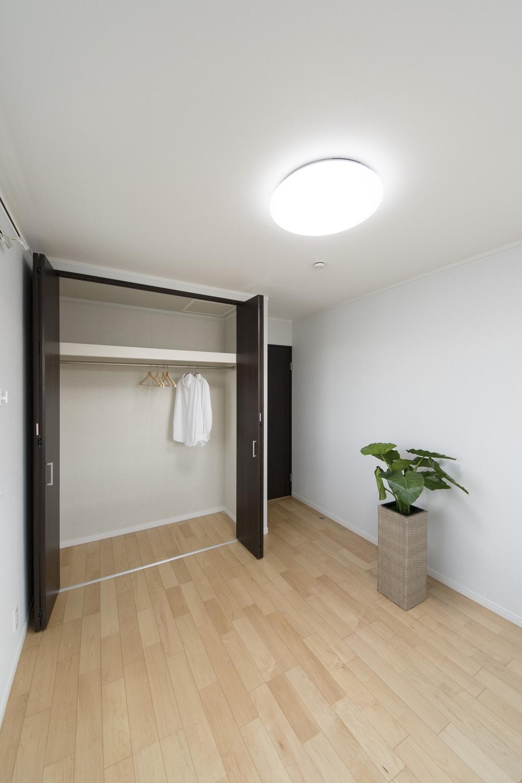 2階洋室/木のやさしい風合いを感じるフローリング。穏やかで心地のよい室内。
