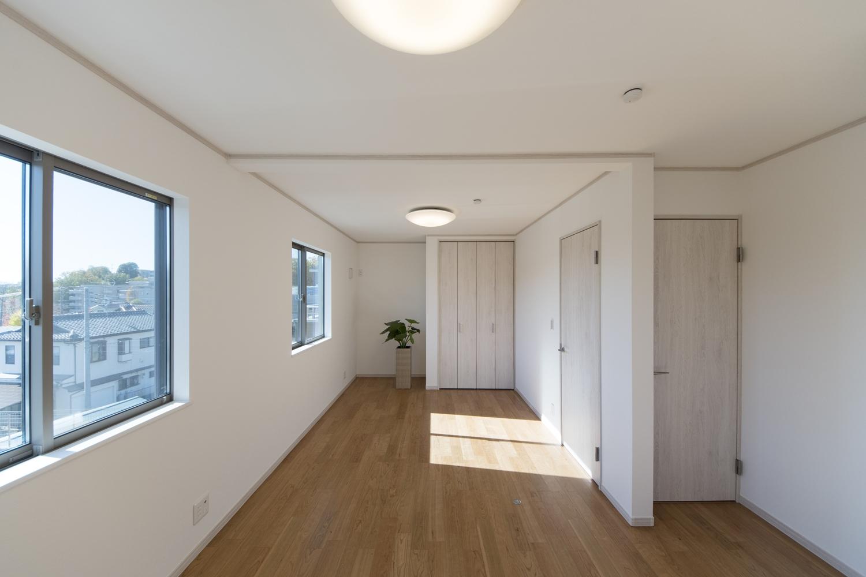 2階洋室/シャビー感のある木目調建具をアクセントにした、ナチュラルテイストな室内。