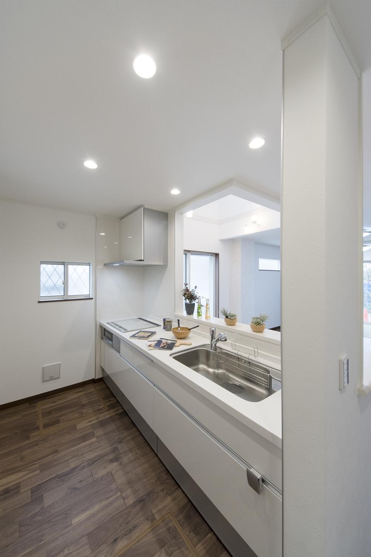 白を基調とした清潔感のあるキッチンに仕上がりました。