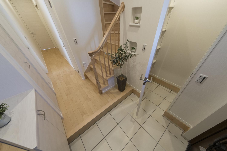 室内に持ち込めない、ベビーカーやスポーツ用品などの収納に便利なシューズクロークを備えた玄関。