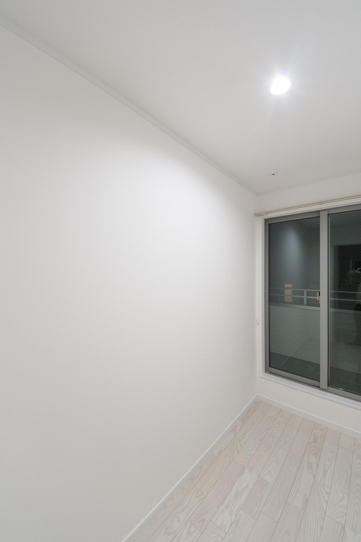 2階サンルーム/湿度の変化に応じて湿気を吸収・放出して室内を快適に保つ効果のある壁紙を貼りました。
