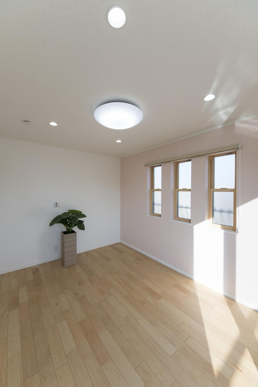 2階洋室/塗り壁調のピンクのクロスをお部屋のアクセントにして、三連の上げ下げ窓を施した可愛らしい空間。