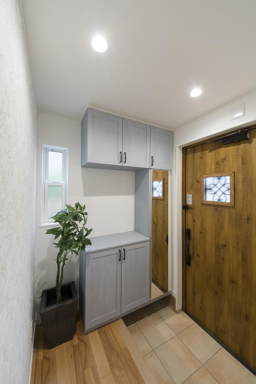 木の温もり感じるドアやブルーペイントの収納、植物モチーフのクロスをアクセントにしたノルディックスタイル。