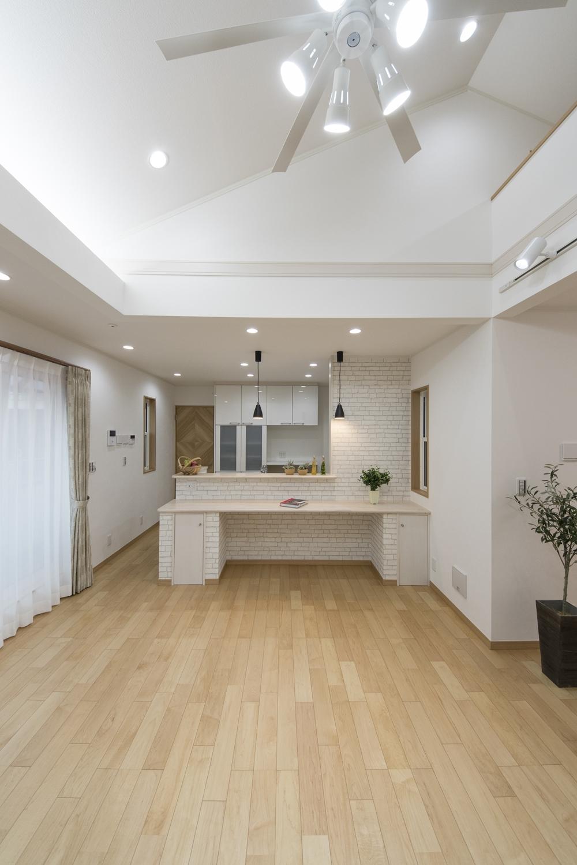 2Fダイニング(子世帯)/屋根の形に合わせて傾斜を持たせた勾配天井のある開放感たっぷりのダイニング。