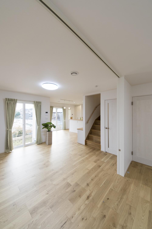 陽当たりの良い南側には、大きな窓を設え、明るくあたたかい室内を演出。