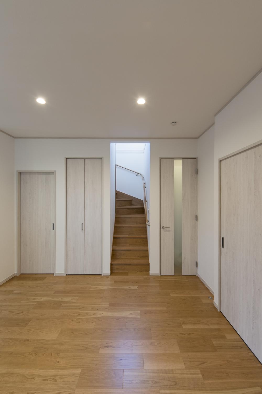 家族の帰宅が分かるリビング階段。みんなが自然と顔を合わせられる家族思いの間取りです。