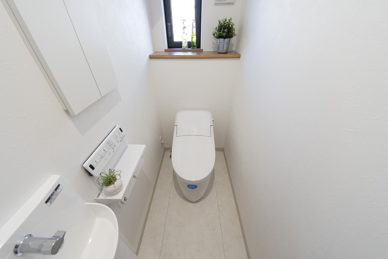 1階トイレ/タンクレスで広々快適な空間を演出しました。独立タイプの手洗いを設置しました。
