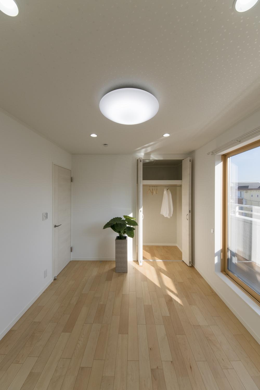 2階洋室/大きな窓から自然のやさしい光が降り注ぐ明るい空間。