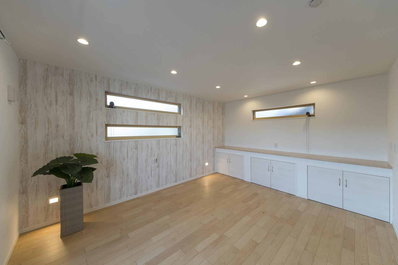 2階洋室/無垢の木に白ペンキを塗ったようなシャビーシックデザインのクロスをアクセントにして、横長の窓を施したおしゃれな空間。