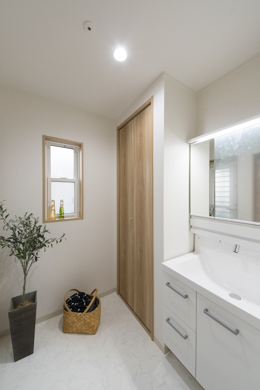 2F洗面室(子世帯)/白を基調とした清潔感のある空間。