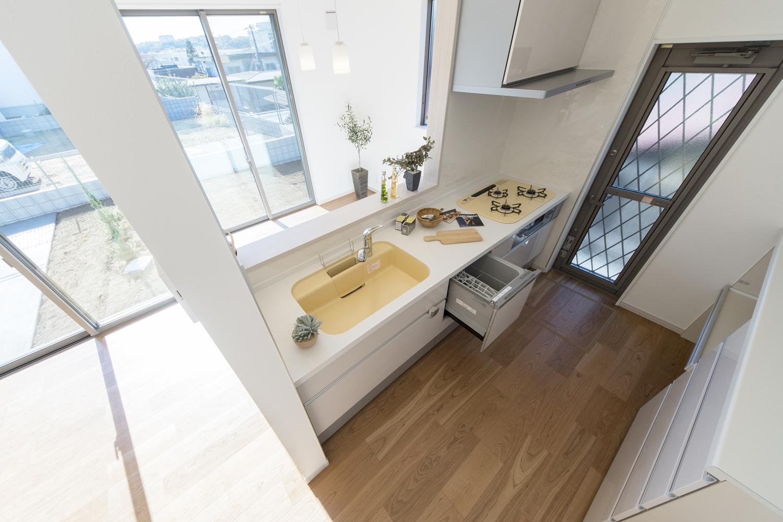 食器洗い乾燥機や吊戸棚、カップボード施した、見た目も機能美も追及したキッチン♪
