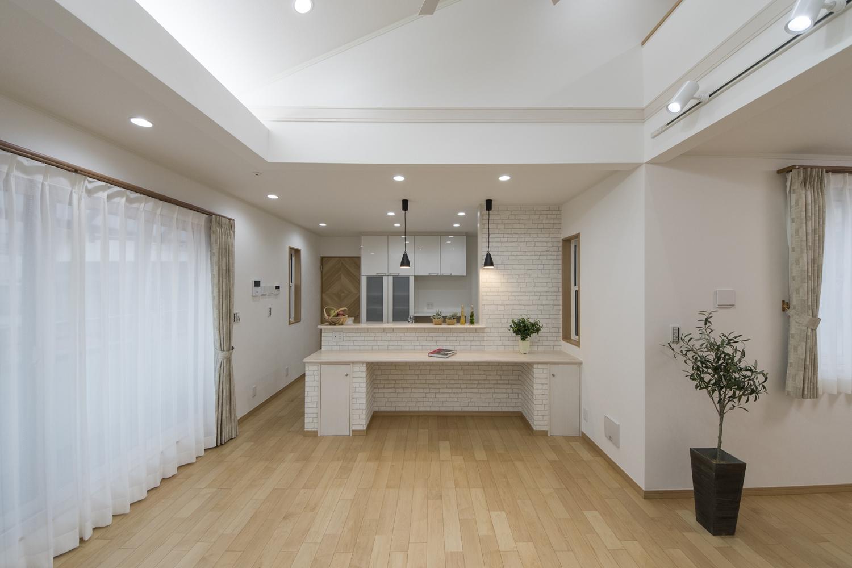キッチン前に白いレンガ調クロスをあしらったオシャレなカフェ風スタイル。