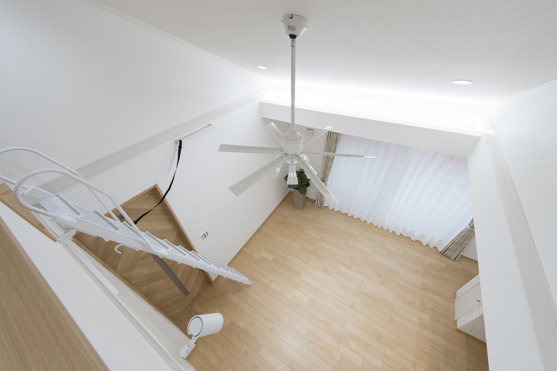 屋根の形に合わせて傾斜を持たせた勾配天井を設え、空間が広がり開放的です。