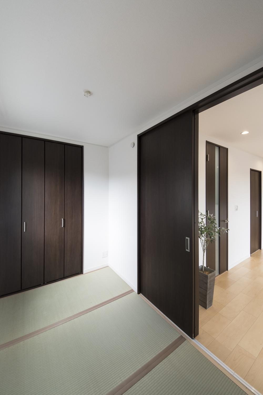 畳のさわやかなグリーンが空間を彩る1階畳敷き洋室。ダークブラウンの建具が畳とマッチして、和モダンな雰囲気に。
