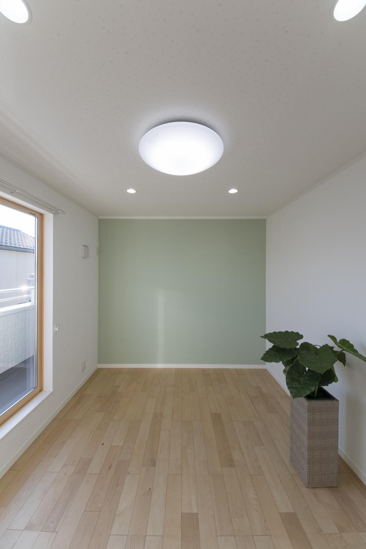 2階洋室/爽やかなグリーンのアクセントクロスが癒しの空間を演出。