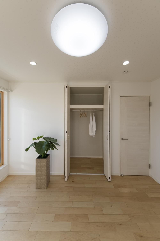 2階洋室/木の優しい風合いを感じる、穏やかでくつろげる室内。