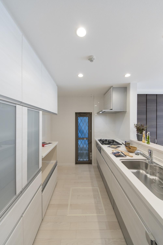 キッチン背面にはキッチンと同じデザインのカップボードを設置。