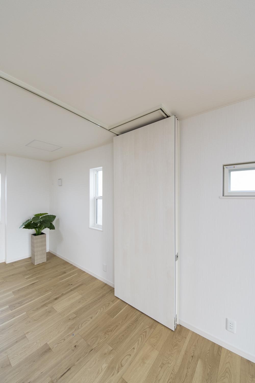 可動式の間仕切り吊戸でお部屋を仕切る事が可能です。