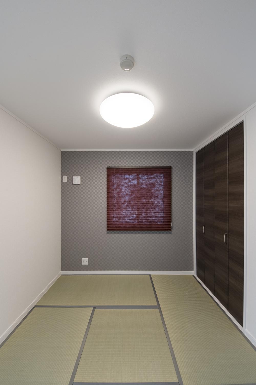 1階畳敷き洋室/シックな配色のアクセントクロスを施したモダンな和空間。
