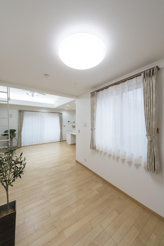 2Fリビング(子世帯)/温水を利用して足元から暖める温水式床暖房を設置。リビングをやさしいぬくもりで包みます。